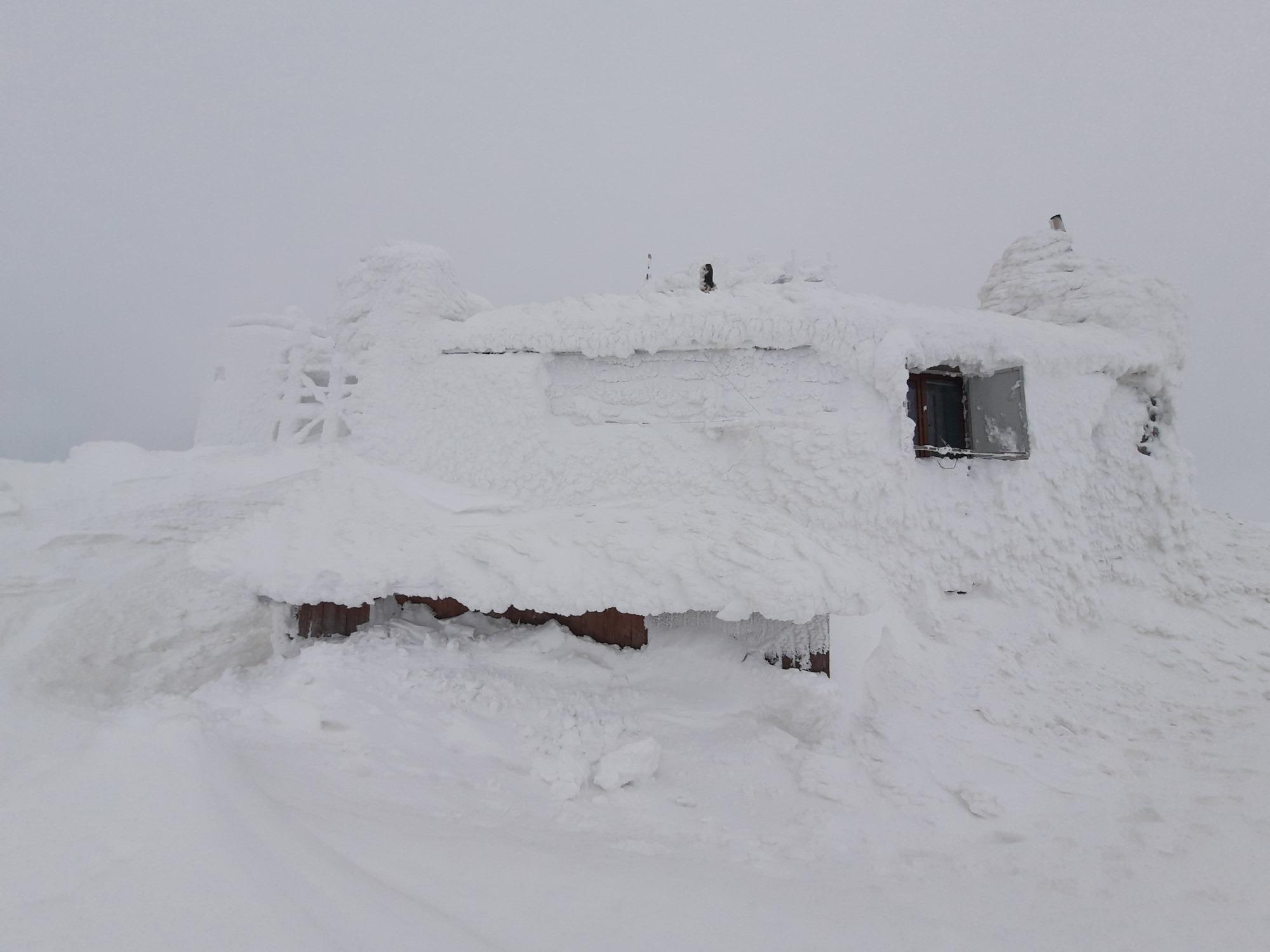 В українських Карпатах місцями намело більше метра снігу. Про це повідомляє відділ гідрологічних прогнозів Українського гідрометцентру.