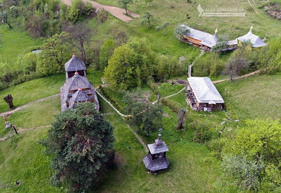 Унікальну дерев'яну церкву села Кострино показали з висоти пташиного польоту