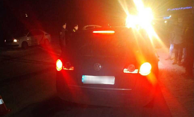 У Приборжавському водій не впорався з керуванням та зіткнувся з бетонною опорою. Після удару автомобіль Фольксваген Пассат відкинуло на пішоходів 31-річну жінку та двох дітей  віком 5 та 10 років.