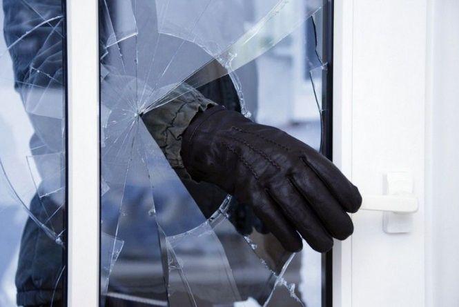 Оперативники кримінальної поліції Тячева розкрили крадіжку із продуктового  магазину у селі Крива.