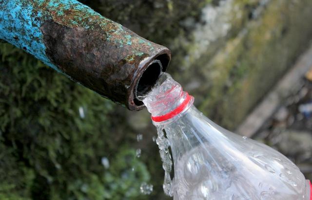 Це унікальне джерело із мінеральною водою розташувалося у полі на території села Зарічево.