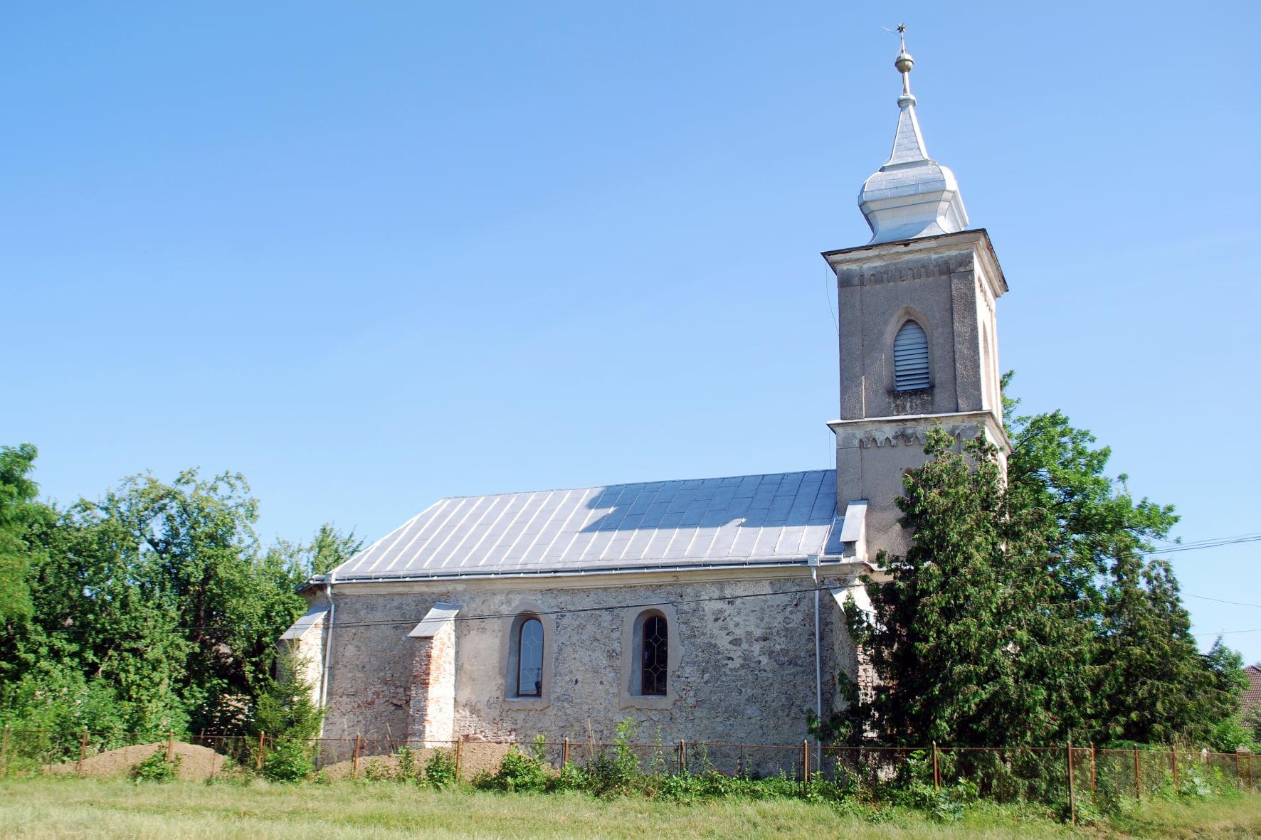 Церква ХІV століття знаходиться в селі Батфа.