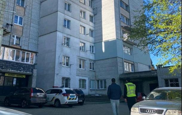 Після того, як дитина випала з вікна, її мати вийшла з дому в невідомому напрямку, стверджує місцевий депутат.