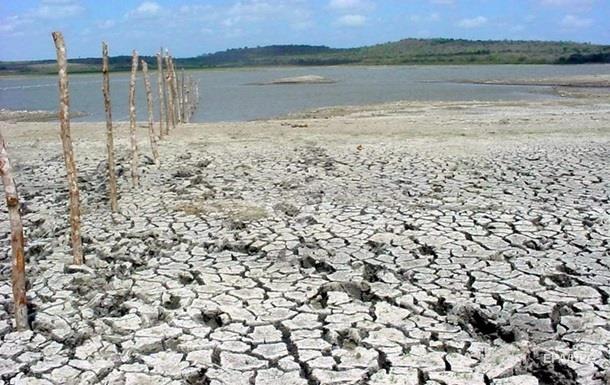 Спостерігається мала кількість опадів і випаровування ґрунтових вод через підвищення температури, тому 80% свердловин у країні перебувають в стані посухи.