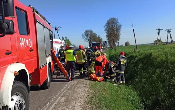 Легковик з українцями виїхав на зустрічну смугу, по якій їхала вантажівка. Лобового зіткнення вдалося уникнути, але дитина померла від травм.