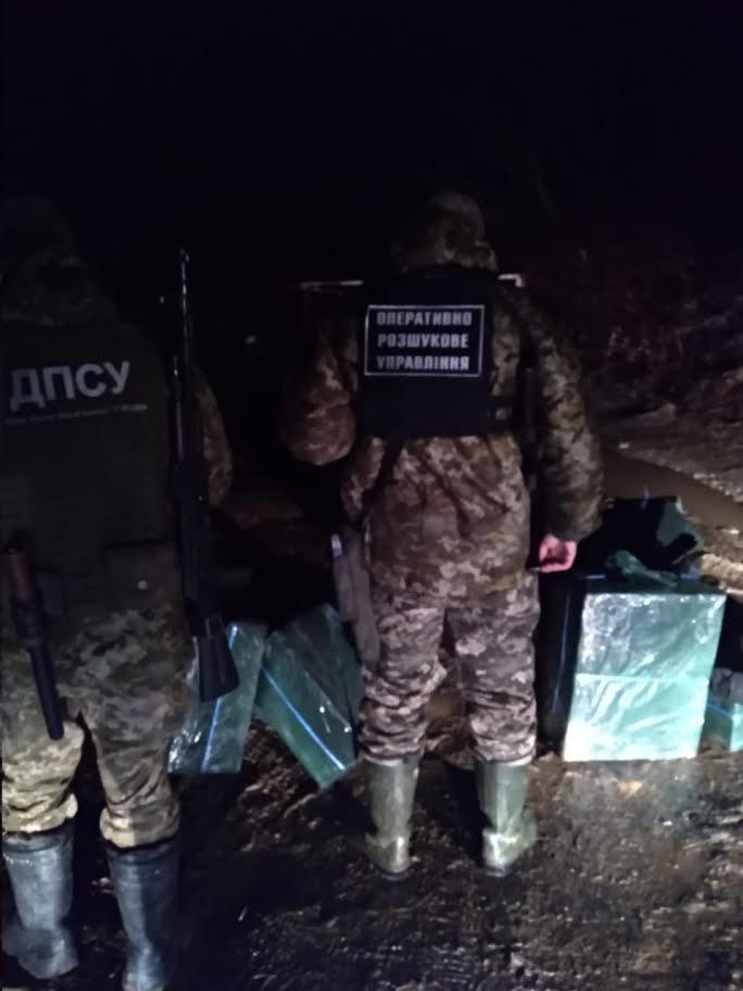 Незаконному переміщенню тютюнової контрабанди через українсько-румунський кордон запобігли учора ввечері прикордонники відділу «Тячів» реалізуючи інформацію від оперативних співробітників.