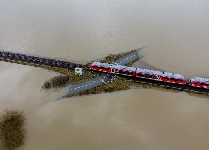 У Німеччині тривалі дощі та танення снігу спричинили масштабні повені, які є найбільшими за останні десятиліття. Рівень води у річці Рейн піднявся на 8,5 метра.