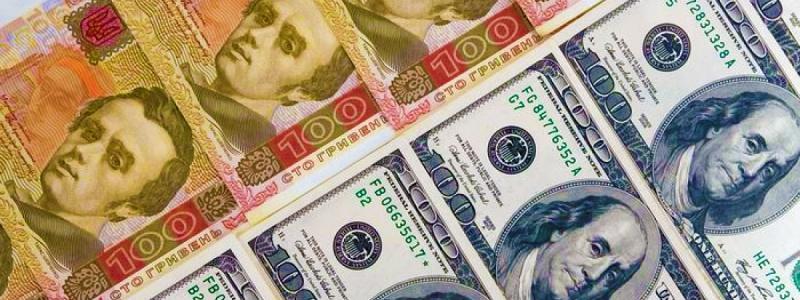 Курс долара на міжбанку в продажу знизився на чотири копійки і склав 25,09 гривні за долар, курс у купівлі зріс на п'ять копійок - 25,06 гривні за долар.