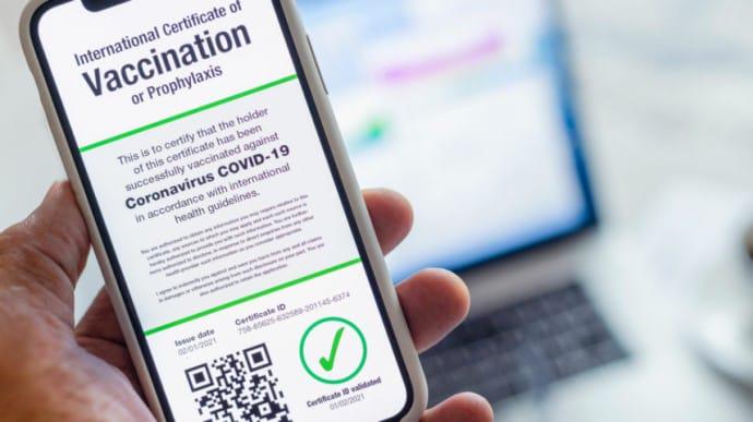Європейська комісія виклала свої пропозиції щодо сертифікатів стосовно COVID-19, які дозволять громадянам і резидентам ЄС подорожувати між державами-членами Євросоюзу без необхідності карантину.