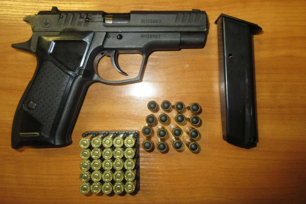 Чоловік їхав автобусом до Угорщини, при перевірці митники знайшли в кишені його піджака револьвер.