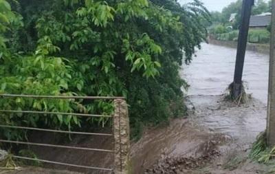В регіоні підтоплені десятки домогосподарств і розмиті дороги до населених пунктів. На місці працюють рятувальники.