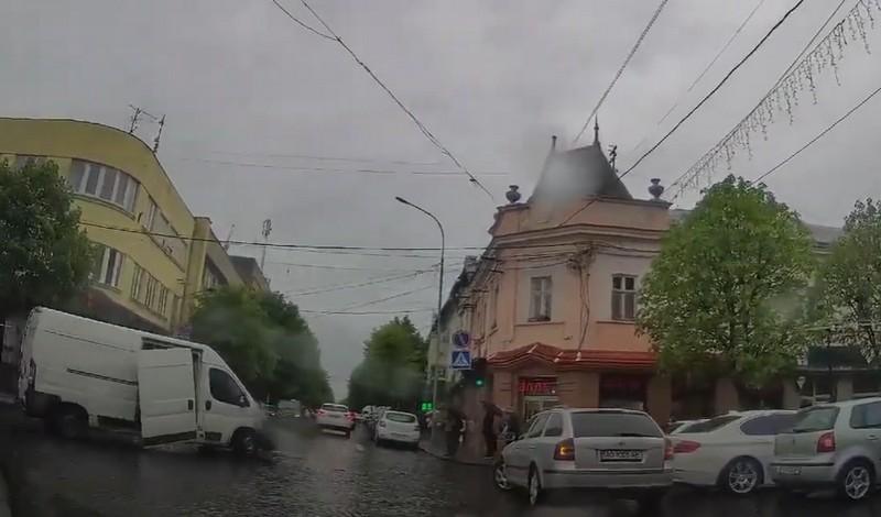 У Фейсбуці оприлюднили відео, яке сьогодні о 10:20 зняли в центрі Мукачева.