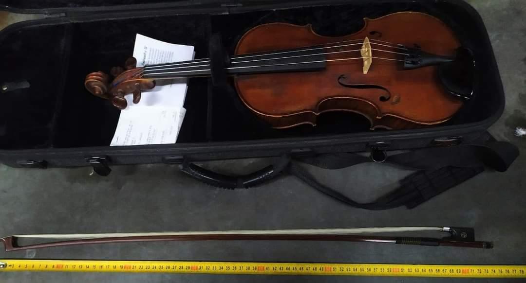 Інспектори вилучили на українсько-угорському кордоні старовинний музичний інструмент, який намагався завезти «зеленим коридором» австрійський музикант-віолончеліст без декларування та документів.