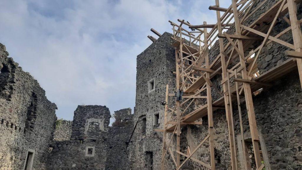 Замок розташований поблизу села Кам'яниця на Ужгородщині.