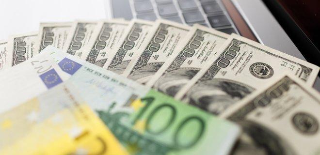В офіційних курсах НБУ євро подешевшав на 12 копійок, а на міжбанку - впав відразу на 25 копійок.