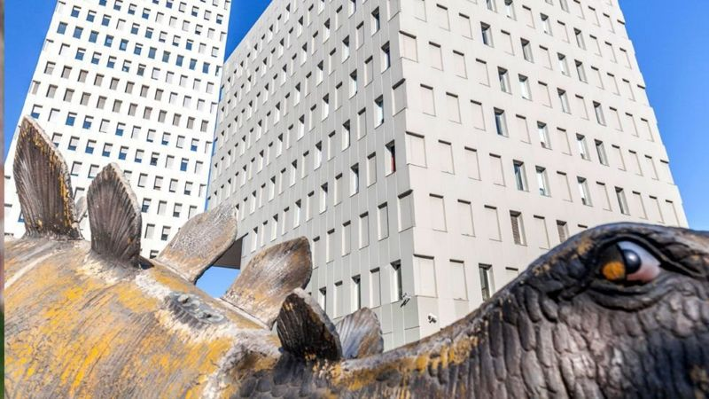 Іспанська поліція розслідує смерть 39-річного чоловіка, тіло якого знайшли всередині статуї динозавра.
