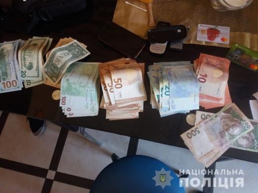 Злочинна група збувала фальшиву валюту на території Ужгородщини, Мукачівщини та Рахівщини. Справу передали на розгляд суду.