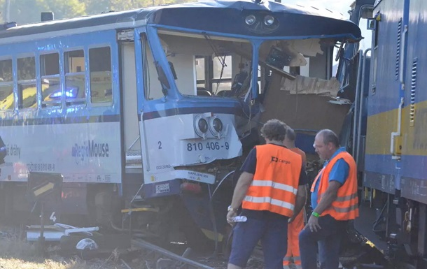 Після зіткнення одна людина залишилася застряглою в кабіні локомотива, рятувальникам довелося витягати її з допомогою газорізки.