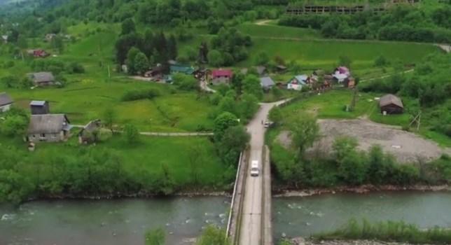 Мова про село Кваси, що на Рахівщині. Адже єдиний міст через яким селяни зв'язані з цивілізацією от-от може рухнути в річку.