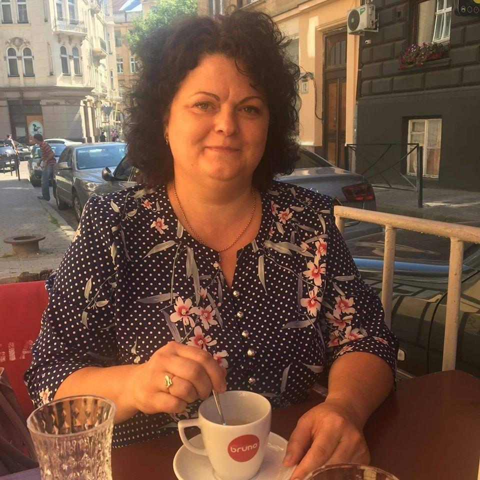 У короткому зверненні директорка Виноградівської ЗОШ №3 підкреслила проблеми з недовиплатою зарплат вчителям та ризиком від підписання нетрудових договорів, який змушують брати на себе директорів.