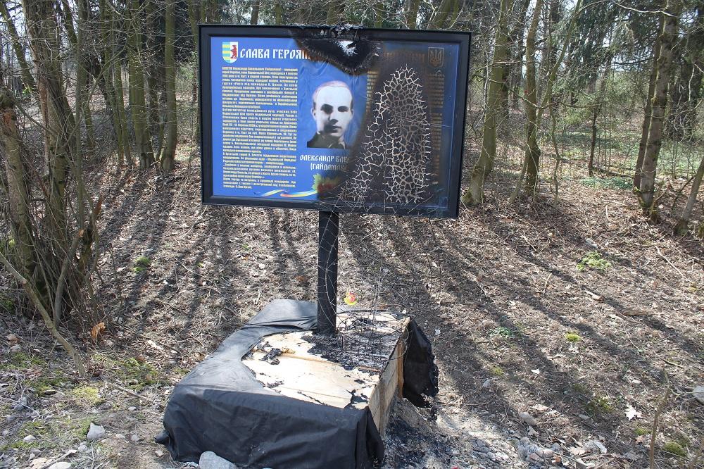 Скільки це буде тривати? На Хустщині вандали знову про себе нагадали і спалили стенд на могилі захисника Карпатської України