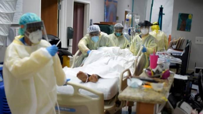 Протягом минулої доби Covid-19 виявили у 747 тисяч осіб, це найвищий показник з початку епідемії. Також за добу померли від вірусу рекордні 13,3 тисяч хворих.