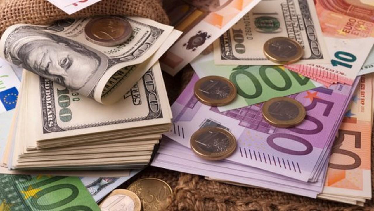 Курс долара на міжбанку в продажу впав на 14 копійок - до 25,24 грн / долар, курс у покупці знизився також на 14 копійок - до 25,21 грн / долар.