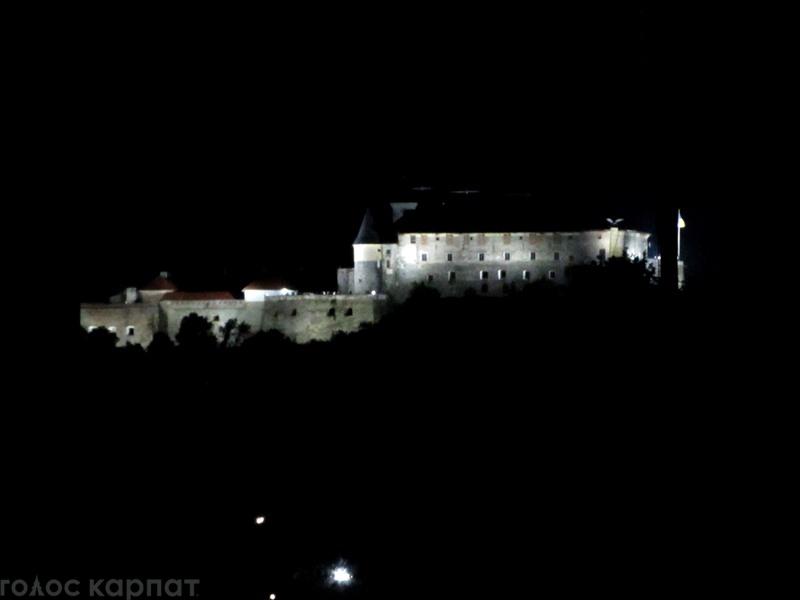 Підсвічену фортецю Паланку видно навіть з середмістя Мукачева (ФОТО)