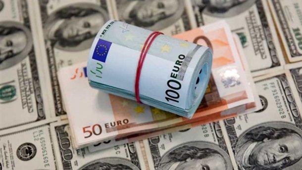 Курс долара на міжбанку знизився на дві копійки - до 27,02 грн/дол, курс у купівлі також впав на дві копійки - до 27,00 грн/дол.