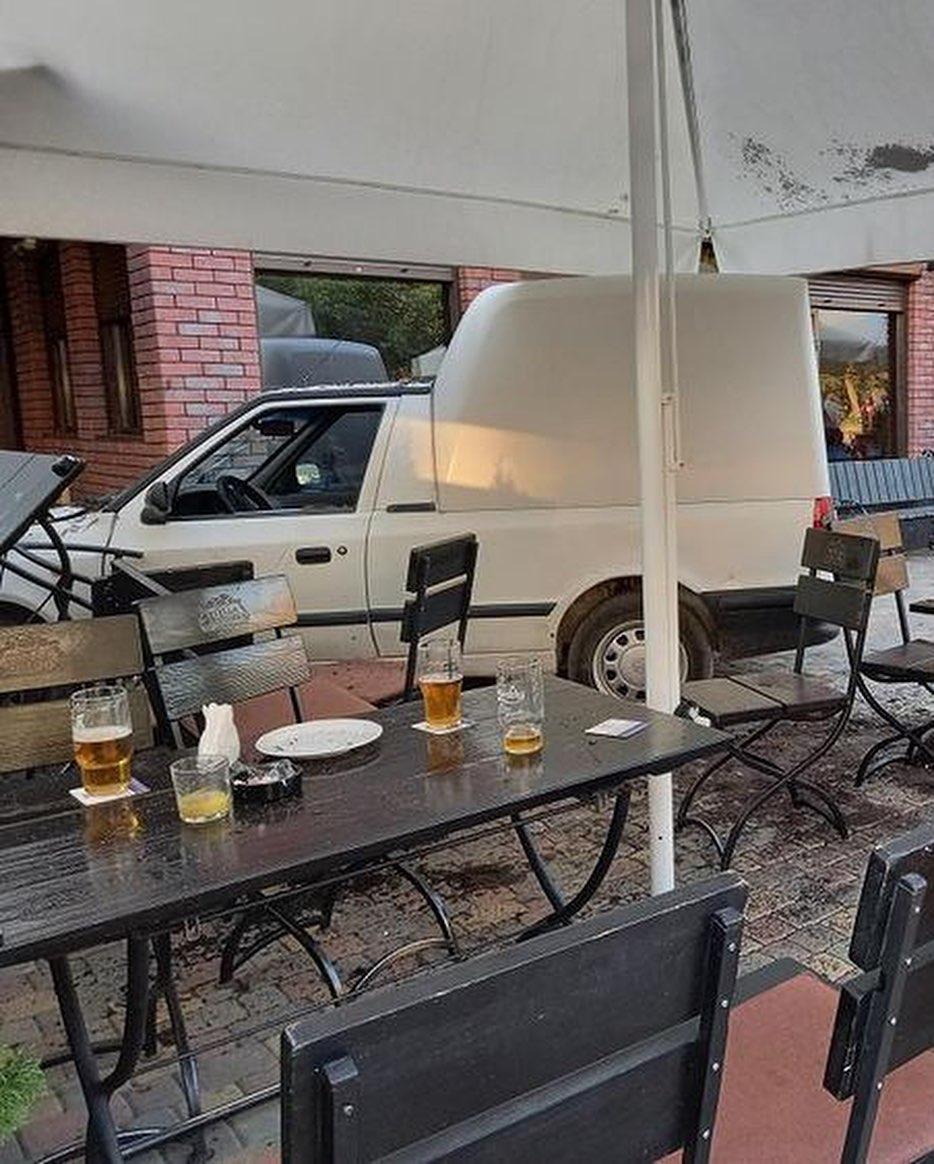 В Ужгороді автомобіль влетів у терасу кав`ярні