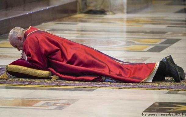 Через пандемію коронавірусу богослужіння у страсну п'ятницю відбулись без участі вірян. Папа Франциск І вшанував медиків, які віддали свої життя у боротьбі з коронавірусом.