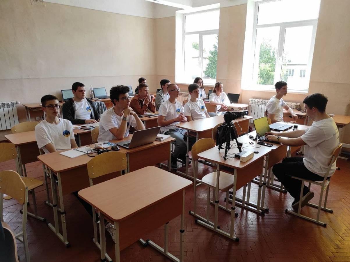 IV Всеукраїнська літня школа з програмування відбулася у Хусті. Майже шість десятків школярів 5–10 класів вдосконалювали свої навички програмування у гімназії-інтернаті в місті Хуст.