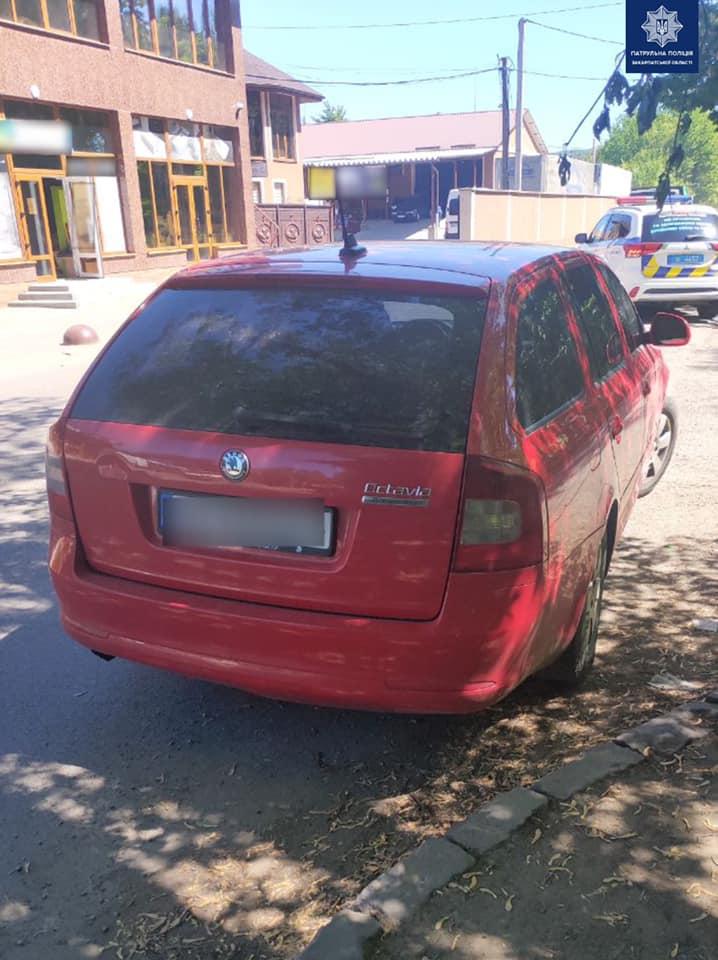 Вчора  близько 12-ї години, на вулиці Гагаріна, в Ужгороді. Інспектори зупинили авто Skoda, адже водій їхав без пристебнутого ременя безпеки.  Однак, як виявилося - це був  далеко не єдиний  огріх.