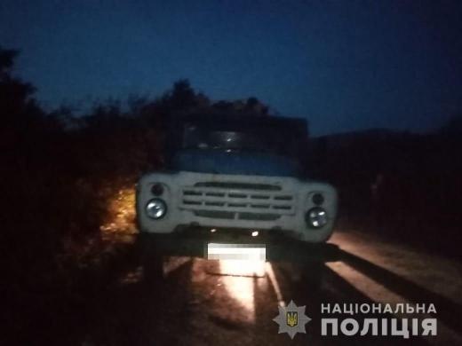 На Іршавщині працівники поліції зупинили для перевірки автомобіль, завантажений деревиною із сумнівною супровідною документацією.
