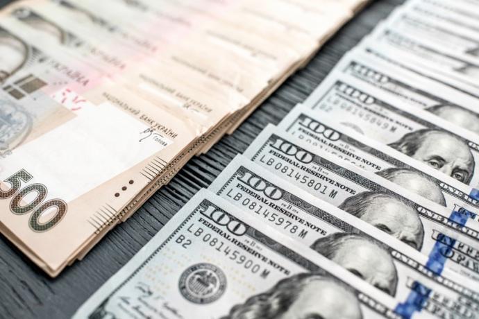 Національний банк послабив офіційний курс гривні до долара на 4 копійки, встановивши його на 30 жовтня на рівні 28,44 гривні.