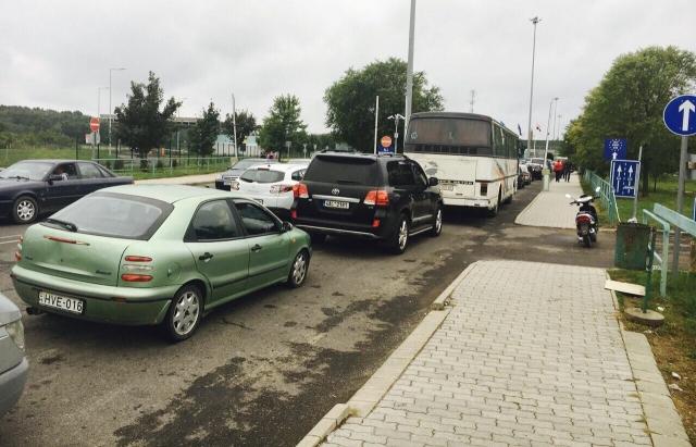 На кордоні України та Угорщини 18 жовтня утворилася величезна черга із сотень автомобілів.