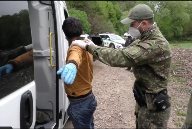 С озеленением лесов, что затрудняет видимость пограничников, активизировались процессы незаконного перемещения лиц из стран третьего мира через украино-словацкую границу.