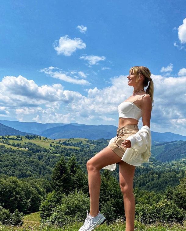 Леся Нікітюк позувала в бюстгальтері на тлі гір