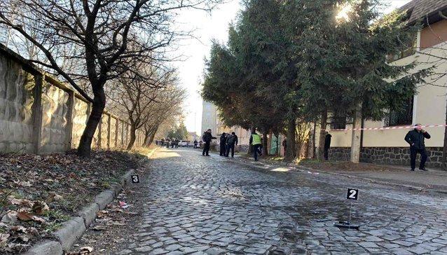 За процесуального керівництва Мукачівської місцевої прокуратури слідчими поліції Мукачівського ВП ГУНП здійснюється огляд місця події.