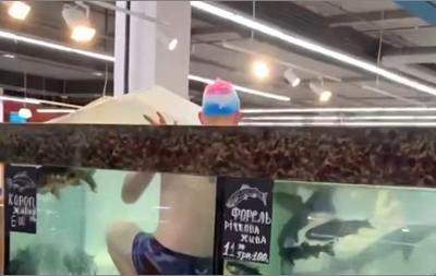 Хлопець у плавках заліз у скляний резервуар з рибою в херсонському супермаркеті і плескався там кілька хвилин.