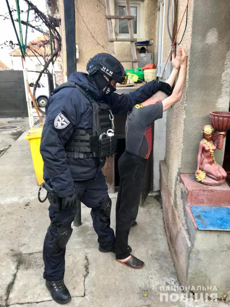 В целях предотвращения распространения опасных наркотиков в регионе полиция провела ряд оперативных мероприятий и обыскала квартиру 53-летнего подозреваемого для записи улик.