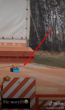 Користувачів Тік Току веселить відео з перевозкою іграшкового трактору.