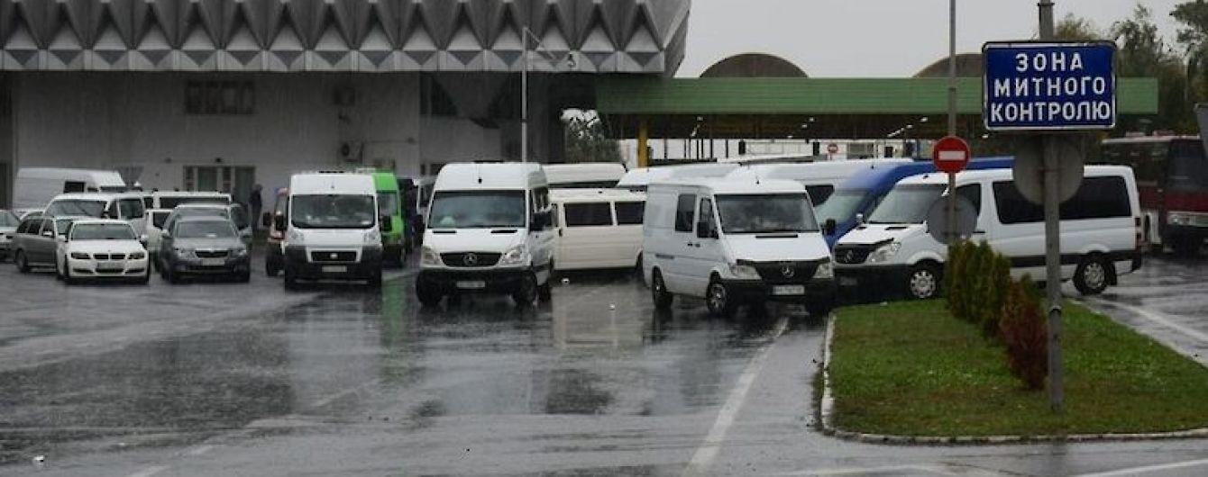 На кордоні з Угорощиною автомобілі стоять у черзі.