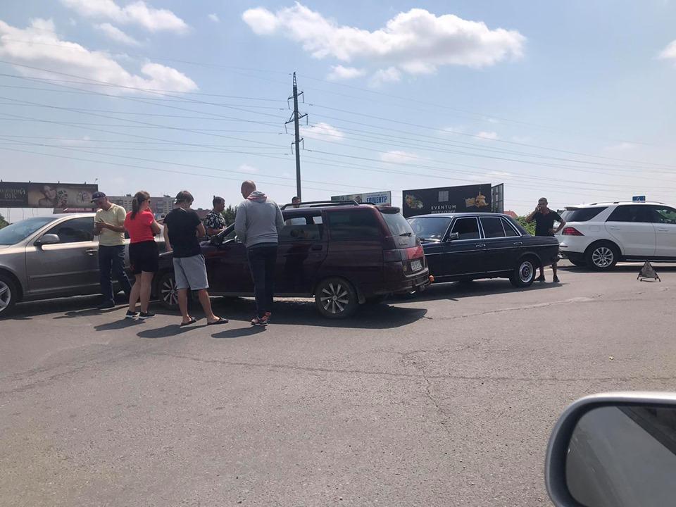 Про інцидент повідомляють очевидці. Зіткнення трапилось сьогодні, близько 14 години на трасі Київ-Чоп в межах міста Мукачево.
