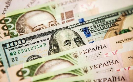 Долар на готівковому валютному ринку подорожчав в покупці на 5 копійок, а в продажу на 9 копійок.