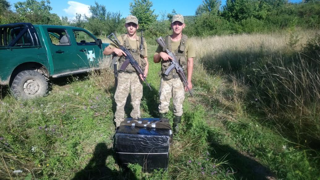 Під час патрулювання військовослужбовці відділення «Дюла» побачили декілька чоловіків, які несли в бік кордону з Угорщиною пакунки обгорнуті у чорний поліетилен.