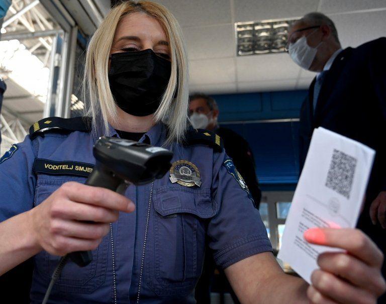 Вже майже два мільйони людей в Україні отримали першу дозу щеплення від Covid-19, з них понад 300 тисяч повністю вакцинувались та отримують сертифікати.