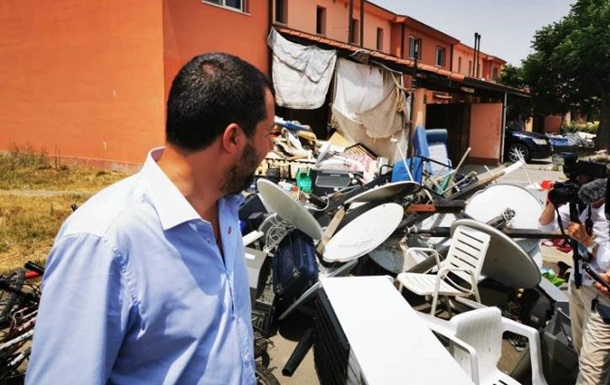 Закриття центру пролобіювала популістська партія Рух 5 зірок на чолі з міністром внутрішніх справ Італії Маттео Сальвіні.