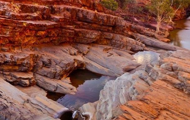 Вік скам'янілостей з геологічної формації Дрессер, у яких знайдені сліди живих істот, сягає понад 3,5 мільярда років.