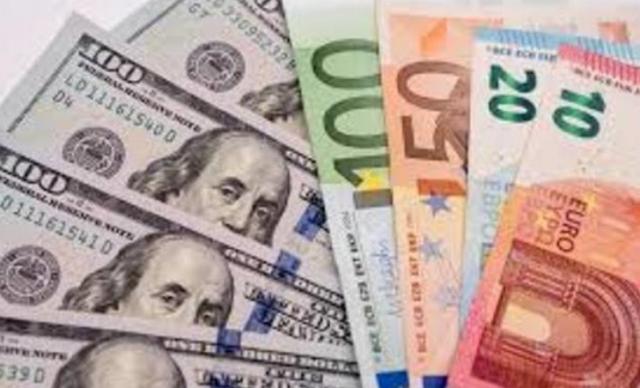До закриття міжбанку американський долар в купівлі і в продажу подешевшав на 25 копійок.